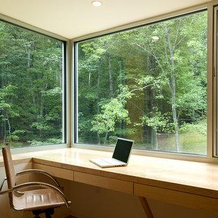 ワシントンD.C.のコンテンポラリースタイルのおしゃれなホームオフィス・書斎 (造り付け机) の写真