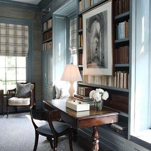 ダラスのトラディショナルスタイルのおしゃれなホームオフィス・書斎 (ライブラリー、青い壁、カーペット敷き、暖炉なし、自立型机、青い床) の写真