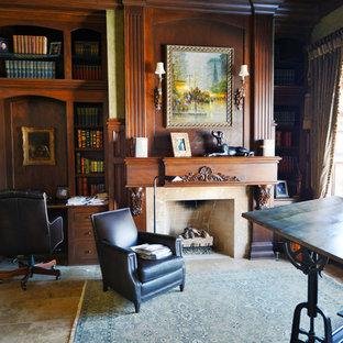 インディアナポリスの広いトラディショナルスタイルのおしゃれな書斎 (磁器タイルの床、標準型暖炉、造り付け机、マルチカラーの壁、木材の暖炉まわり、ベージュの床) の写真