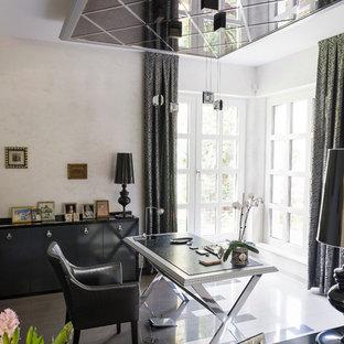 Свежая идея для дизайна: кабинет в современном стиле с серыми стенами, отдельно стоящим рабочим столом и разноцветным полом - отличное фото интерьера