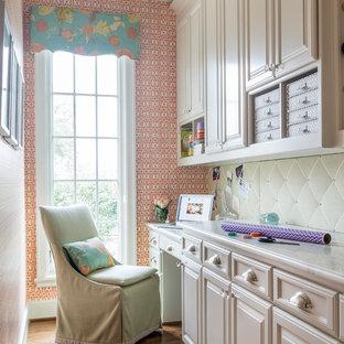 ダラスのトラディショナルスタイルのおしゃれなクラフトルーム (マルチカラーの壁、無垢フローリング、暖炉なし、造り付け机、茶色い床) の写真