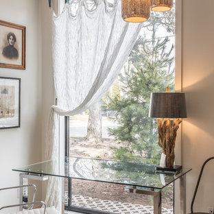 トロントのエクレクティックスタイルのおしゃれな書斎 (グレーの壁、淡色無垢フローリング、自立型机、ベージュの床) の写真