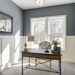 Стильный дизайн: рабочее место среднего размера в стиле современная классика с синими стенами, ковровым покрытием, отдельно стоящим рабочим столом и серым полом без камина - последний тренд