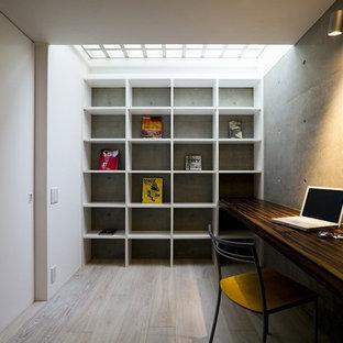 Ispirazione per uno studio industriale con pareti multicolore, pavimento in legno verniciato, scrivania incassata e pavimento grigio
