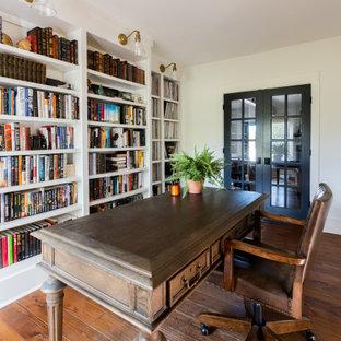 ナッシュビルの広いカントリー風おしゃれなホームオフィス・書斎 (ライブラリー、白い壁、無垢フローリング、自立型机、茶色い床) の写真