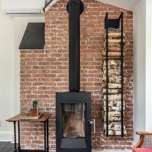 Immagine di un atelier classico di medie dimensioni con pareti grigie, pavimento in ardesia, stufa a legna e scrivania autoportante