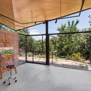 Idéer för ett litet modernt hemmastudio, med betonggolv och ett fristående skrivbord