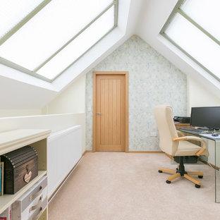 Idee per un piccolo ufficio country con moquette, scrivania autoportante e pareti multicolore