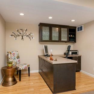 Immagine di un piccolo studio contemporaneo con pareti marroni, pavimento in bambù e scrivania incassata