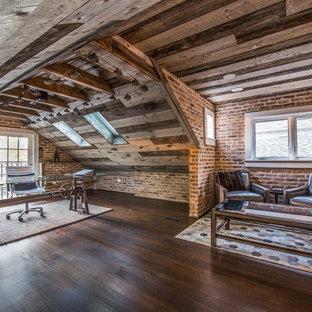 Exemple d'un grand bureau montagne avec un mur multicolore, un sol en bois foncé et un bureau indépendant.