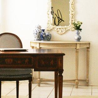 Foto di un piccolo ufficio tradizionale con pareti beige, pavimento con piastrelle in ceramica e scrivania autoportante