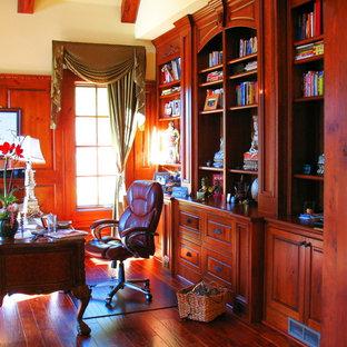 Aménagement d'un très grand bureau classique avec un sol en bois foncé, aucune cheminée et un bureau indépendant.