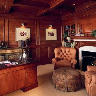 Réalisation d'un grand bureau tradition avec un mur rouge, moquette, une cheminée standard, un manteau de cheminée en bois, un bureau indépendant et un sol beige.