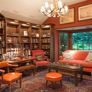 Idéer för ett klassiskt arbetsrum, med röda väggar och mörkt trägolv