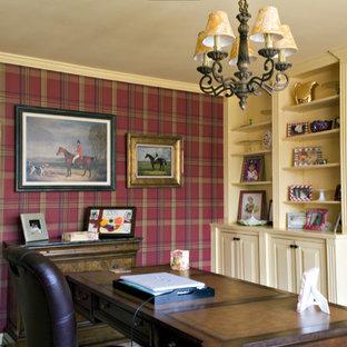 Foto de despacho tradicional, de tamaño medio, con paredes rojas, suelo de madera en tonos medios y escritorio independiente