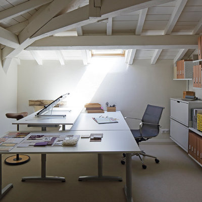 Cottage freestanding desk carpeted home studio photo in London with white walls