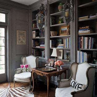 Ejemplo de despacho clásico con paredes grises y suelo de madera oscura
