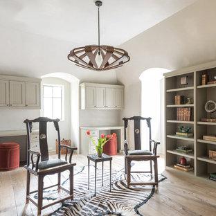 Idee per uno studio country di medie dimensioni con libreria, parquet chiaro, scrivania incassata, pareti bianche e pavimento beige