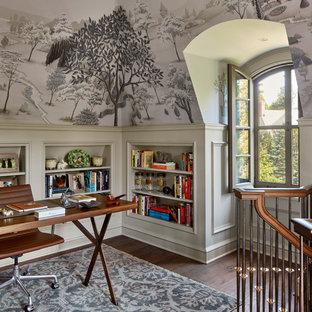 Klassisches Arbeitszimmer mit Arbeitsplatz, bunten Wänden, dunklem Holzboden und freistehendem Schreibtisch in New York
