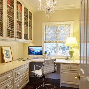 ブリッジポートの広いトラディショナルスタイルのおしゃれな書斎 (ベージュの壁、濃色無垢フローリング、暖炉なし、造り付け机、茶色い床) の写真