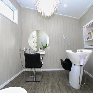Idee per un atelier di medie dimensioni con pareti multicolore, pavimento in laminato, scrivania incassata e pavimento grigio