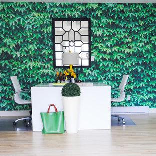 バンクーバーの中くらいのコンテンポラリースタイルのおしゃれなアトリエ・スタジオ (自立型机、白い壁、淡色無垢フローリング) の写真