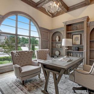 Großes Mediterranes Arbeitszimmer ohne Kamin mit braunem Holzboden, freistehendem Schreibtisch und Arbeitsplatz in Dallas