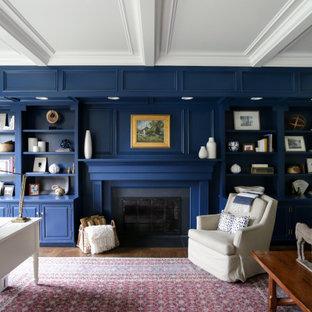 Идея дизайна: большое рабочее место в стиле современная классика с белыми стенами, паркетным полом среднего тона, стандартным камином, фасадом камина из дерева, отдельно стоящим рабочим столом, коричневым полом и кессонным потолком