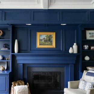 Idées déco pour un grand bureau classique avec un mur blanc, un sol en bois brun, une cheminée standard, un manteau de cheminée en bois, un bureau indépendant, un sol marron et un plafond à caissons.