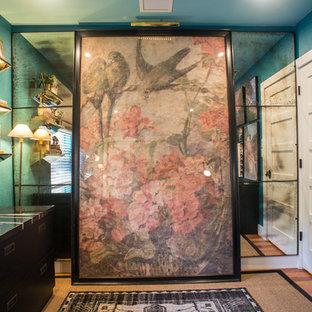Foto de despacho ecléctico, de tamaño medio, sin chimenea, con paredes azules, suelo de madera en tonos medios y escritorio independiente