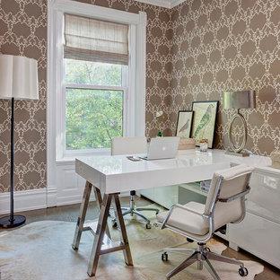 シカゴのヴィクトリアン調のおしゃれな書斎 (マルチカラーの壁、無垢フローリング、造り付け机) の写真