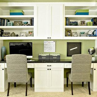 ヒューストンの大きいトランジショナルスタイルのおしゃれなホームオフィス・書斎 (緑の壁、カーペット敷き、造り付け机) の写真