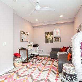 Неиссякаемый источник вдохновения для домашнего уюта: рабочее место среднего размера в стиле модернизм с розовыми стенами, паркетным полом среднего тона, отдельно стоящим рабочим столом и розовым полом