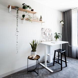 メルボルンの中くらいのエクレクティックスタイルのおしゃれなアトリエ・スタジオ (白い壁、カーペット敷き、暖炉なし、自立型机、グレーの床) の写真