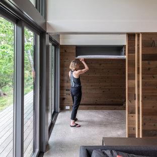 Exempel på ett litet modernt arbetsrum, med betonggolv, en spiselkrans i betong och grått golv