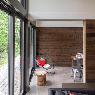 Стильный дизайн: маленький кабинет в стиле модернизм с бетонным полом, фасадом камина из бетона и серым полом - последний тренд