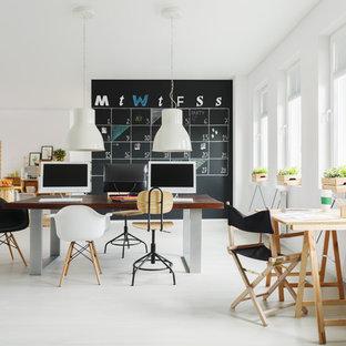 Удачное сочетание для дизайна помещения: домашняя мастерская среднего размера в скандинавском стиле с белыми стенами, бетонным полом, отдельно стоящим рабочим столом и серым полом без камина - самое интересное для вас