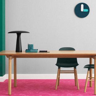 Imagen de despacho actual, de tamaño medio, sin chimenea, con paredes grises, moqueta, escritorio independiente y suelo rosa
