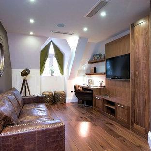 ハートフォードシャーの中サイズのコンテンポラリースタイルのおしゃれな書斎 (白い壁、ラミネートの床、暖炉なし、造り付け机) の写真