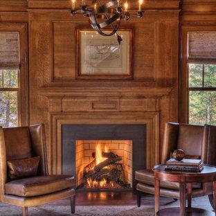 Réalisation d'un bureau tradition avec un manteau de cheminée en béton et une cheminée standard.