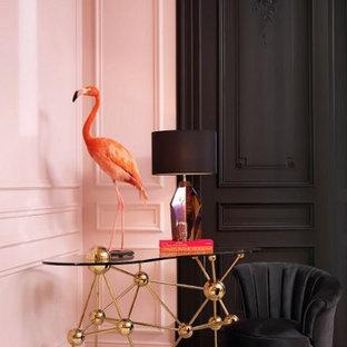 パースのトランジショナルスタイルのおしゃれなホームオフィス・書斎 (ピンクの壁、自立型机) の写真