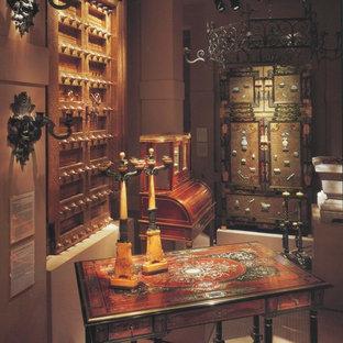 ダラスの中サイズのエクレクティックスタイルのおしゃれなアトリエ・スタジオ (ベージュの壁、磁器タイルの床、暖炉なし、造り付け机、ベージュの床) の写真