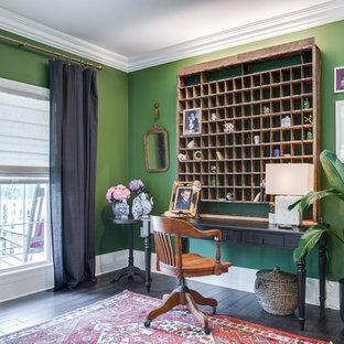 オレンジカウンティの中サイズのトロピカルスタイルのおしゃれな書斎 (緑の壁、濃色無垢フローリング、暖炉なし、自立型机、茶色い床) の写真