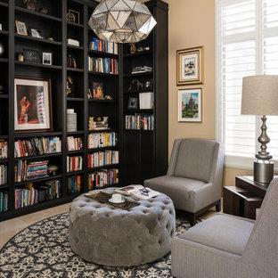 Идея дизайна: кабинет среднего размера в стиле современная классика с библиотекой, бежевыми стенами, полом из травертина и бежевым полом без камина
