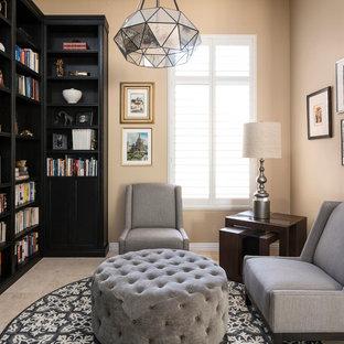 フェニックスの中くらいのトランジショナルスタイルのおしゃれなホームオフィス・書斎 (ライブラリー、ベージュの壁、トラバーチンの床、暖炉なし、ベージュの床) の写真