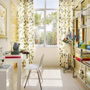 Ispirazione per una stanza da lavoro industriale con pareti bianche, parquet chiaro e scrivania autoportante