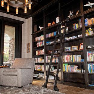Inspiration pour un grand bureau craftsman avec un mur multicolore, un sol en travertin et aucune cheminée.