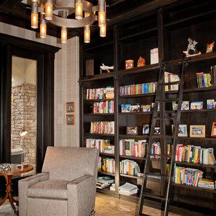 Inspiration för stora amerikanska arbetsrum, med ett bibliotek, flerfärgade väggar och travertin golv