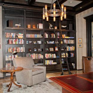 Inspiration för ett stort amerikanskt arbetsrum, med ett bibliotek, flerfärgade väggar, travertin golv och ett fristående skrivbord