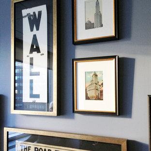 Источник вдохновения для домашнего уюта: кабинет среднего размера в стиле фьюжн с синими стенами и подвесным камином